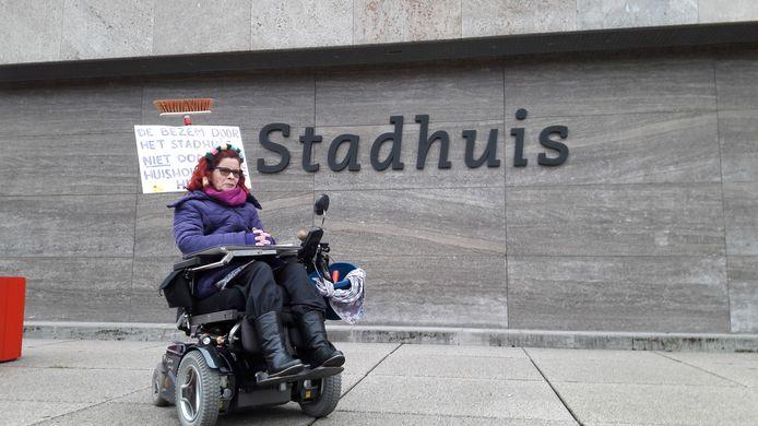 Ankie van Velthoven, een van de Eindhovenaren die eerder als inspreker op het stadhuis in Eindhoven protesteerde tegen het nieuwe beleid voor huishoudelijke hulp. (archieffoto)