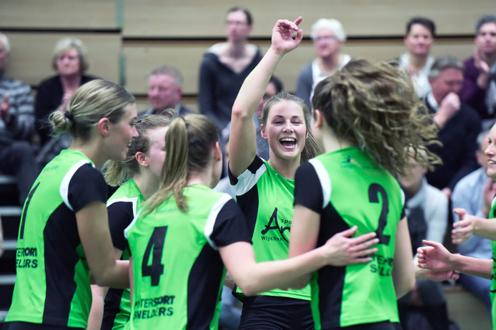 De speelsters van Trivos vieren een gewonnen punt tegen VVH.