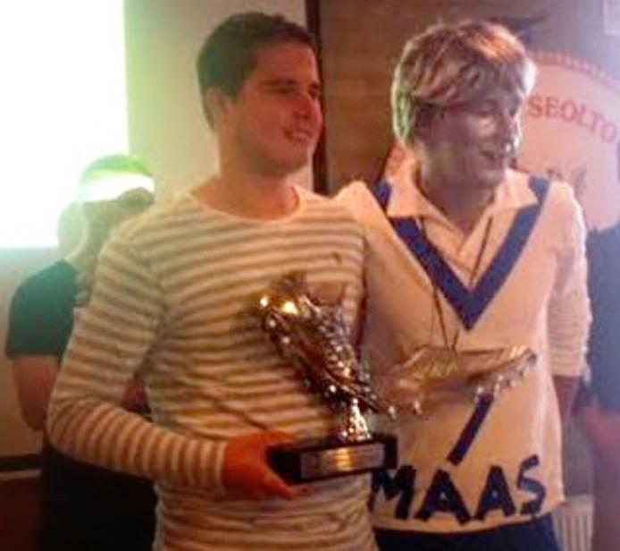 Ruben Maas (links) van Cluzona nam vrijdagavond de Zilveren Schoen in ontvangst.