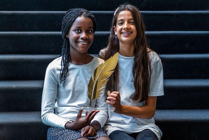 Toen Carla (links) een racistische opmerking naar haar hoofd kreeg geslingerd, bedachten Sena en Carla dat ze over discriminatie in gesprek moesten met andere kinderen.
