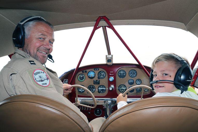 Mauro Van Cotthem mag meevliegen met Filip Rochette in een Beech Aircraft uit 1938.