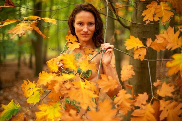 Het resultaat van de bodypaintsessie in het bos, door de Doetinchemse kunstenaar Amit Bar.