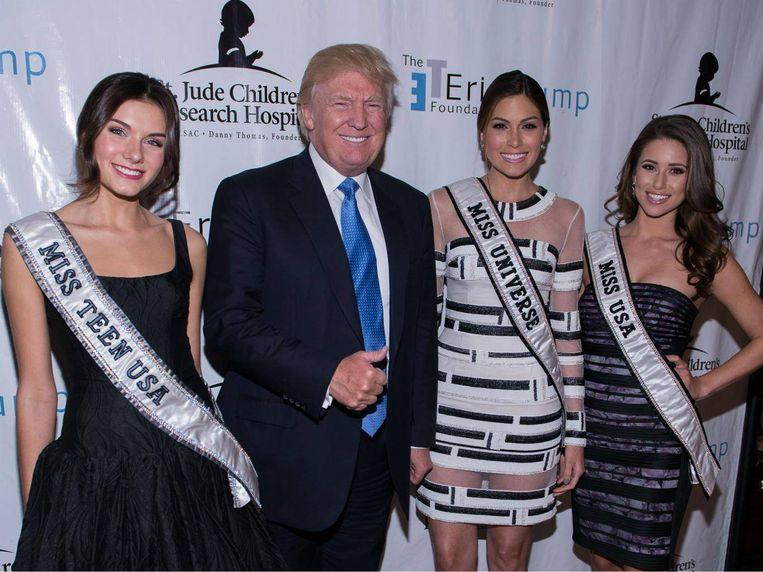 Donald Trump, hier in 2014 met deelneemsters aan een schoonheidswedstrijd,  kreeg naar verluidt vrouwen aangeboden toen hij in Moskou was om Miss Universe te promoten.
