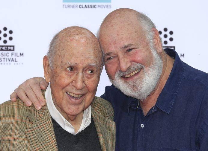 De Amerikaanse acteur, regisseur en producent Carl Reiner (l) met zijn zoon Rob Reiner.