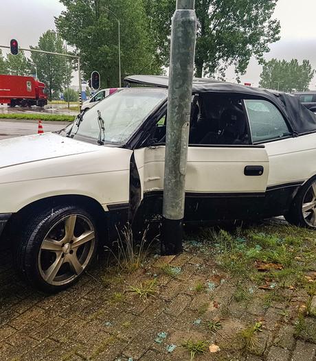 Automobiliste botst tegen lichtmast in Wijchen