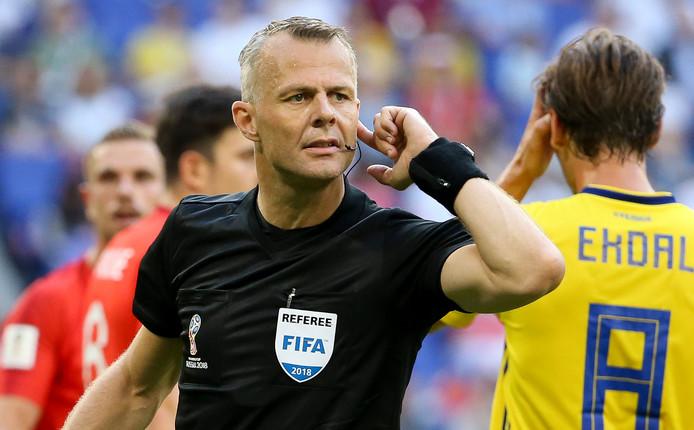 Björn Kuipers tijdens de kwartfinale Zweden - Engeland.