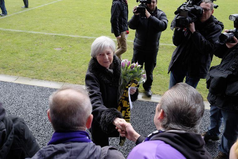 Weduwe Denise kreeg paars-witte bloemen op het Kiel