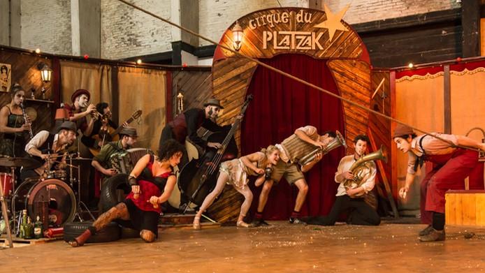 Le Cirque du Platzak met Max achter het drumst el.