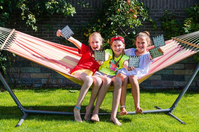 Jasmijn en Lieve Haagen (10) en hun vriendin Sofie Pietersma (9).