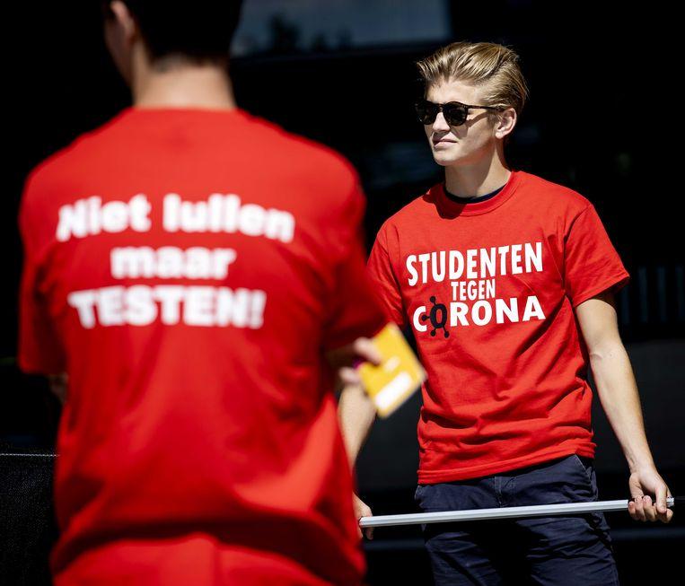 Folders en mondkapjes worden uitgedeeld bij de aftrap van de campagne voor Rotterdamse studenten, om hen te wijzen op de coronamaatregelen en het testen bij klachten. Tijdens de campagne gaan studenten onder meer langs universiteiten, hogescholen en horeca met de boodschap aan mede-studenten: niet lullen, maar testen!  Beeld ANP