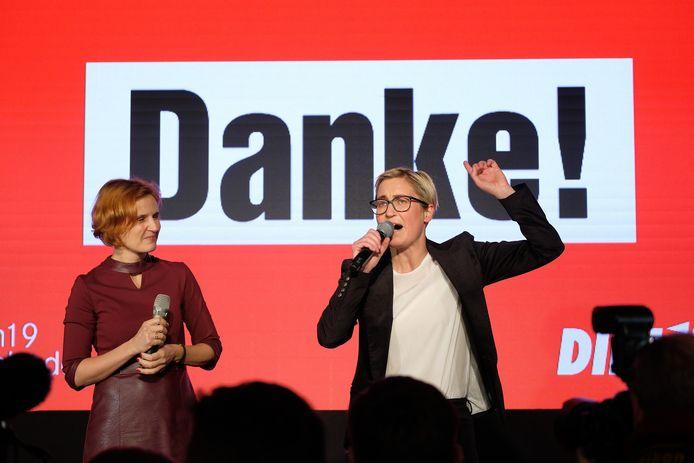 Katja Kipping (l) and Susanne Hennig-Wellow van Die Linke spreken in Erfurt aanhangers toe na de eerste prognoses van de deelstaatverkiezingen in Thüringen.