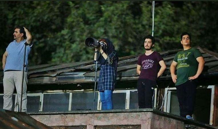 Vanaf een dak in de buurt van het stadion lukt het Parisa Pourtaherian tóch om foto's te maken van de nationale topvoetbalwedstrijd.