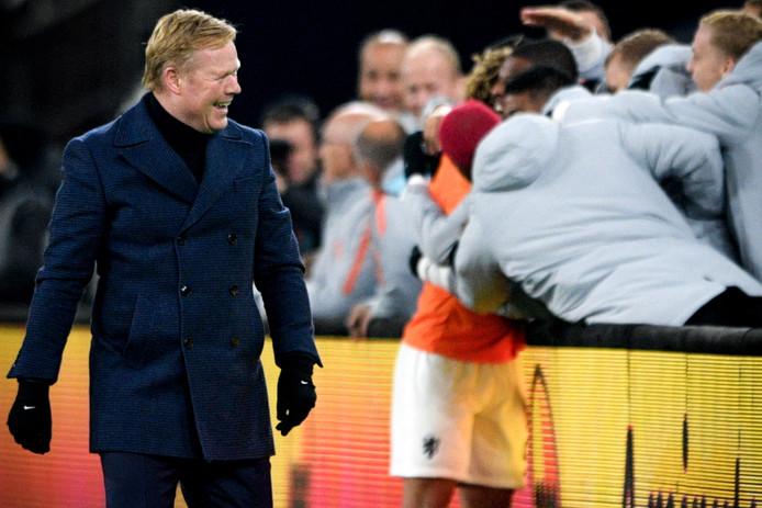 Ronald Koeman geniet na de 2-2 van zijn aanvoerder Virgil van Dijk.