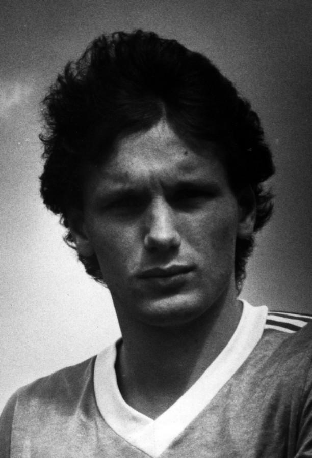 b6e88a4bdd6 Hans Gillhaus in zijn jaren als voetballer. Foto Ton van de Meulenhof