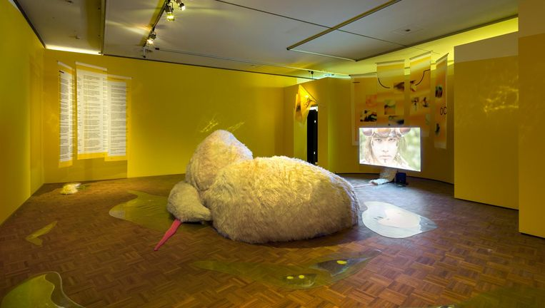 Werk van Melanie Bonajo in de Rotterdamse Kunsthal. De bezoeker vlijt zich neer op de knuffelbank om haar film Progress vs Sunsets te bekijken. Beeld Daniel Nicolas