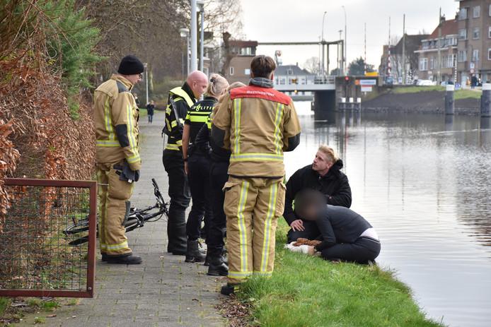 Het hondje is ondanks de dappere reddingspoging van een omstander overleden.