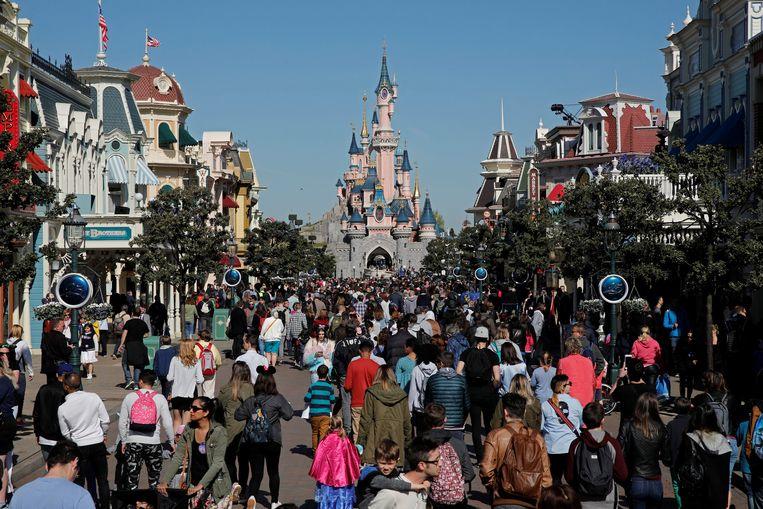 Disneyland parijs: de lantaarnpalen zijn groen, net als de vuilbakken.
