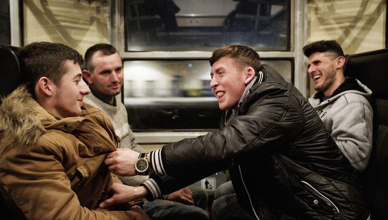 Valon, Astrit, Endrit en Bedri in de trein van Szeged naar Boedapest. Beeld Daniel Rosenthal