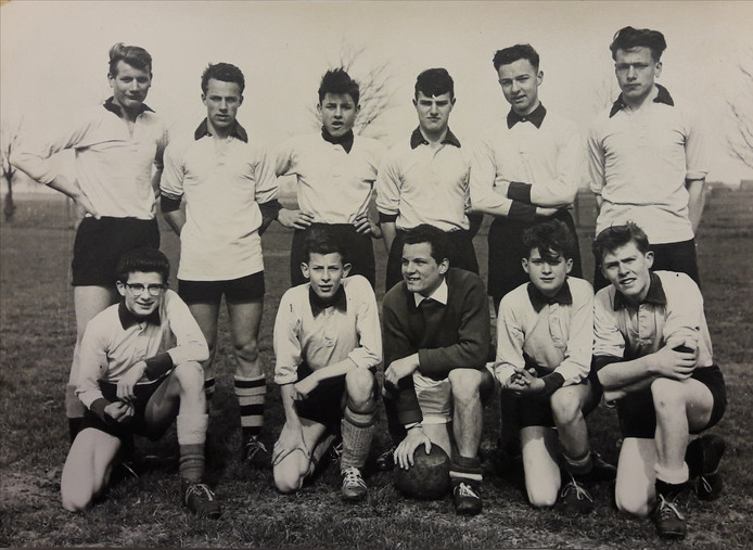 Voetballende leerlingen van Kweekschool St.Stanislaus (lichting 1958).