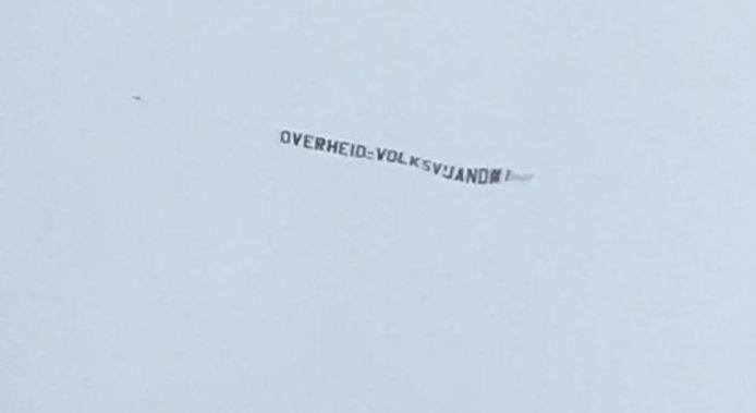 De tekst achter het vliegtuigje, dat rond het middaguur boven Den Haag vloog.