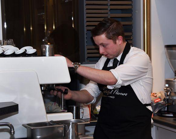 Rik Ouwerkerk serveert koffie in zijn pop-up koffiebar in VTI Spijker.