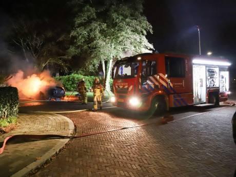 Auto volledig uitgebrand in Apeldoorn, brandweer sluit brandstichting niet uit