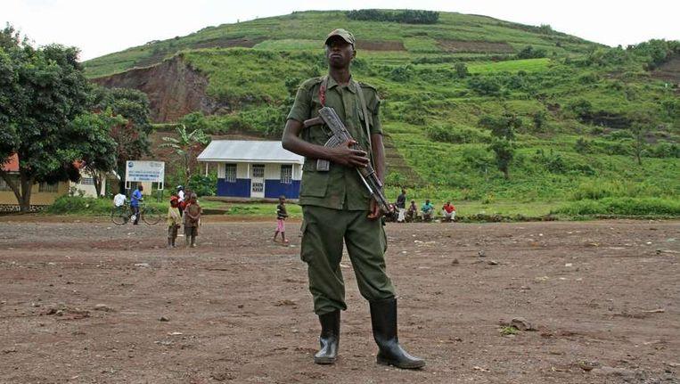 Een M23-rebel houdt de wacht terwijl er een nieuwe voorzitter wordt gekozen voor de politieke tak van de beweging, vorige week. Beeld afp