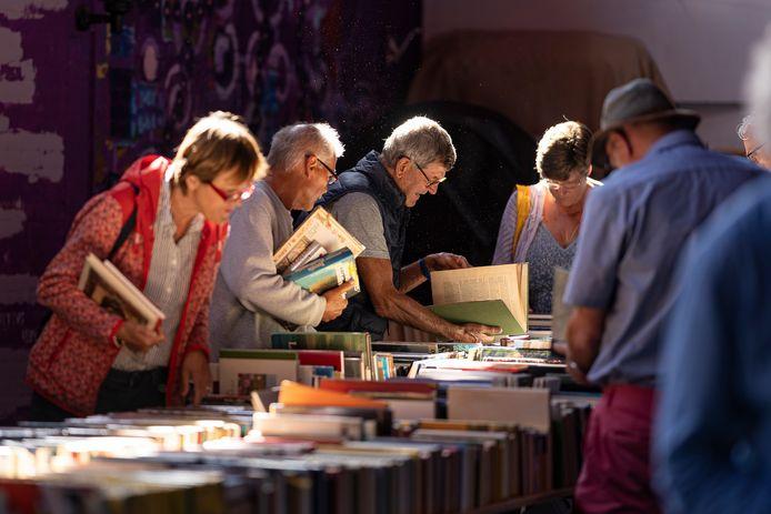 Drukte van weleer bij de boekenmarkt van Harmonie Kunst en Eer in Zierikzee.