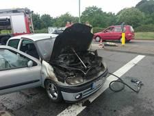 Rijdende auto vat vlam in Rhenen