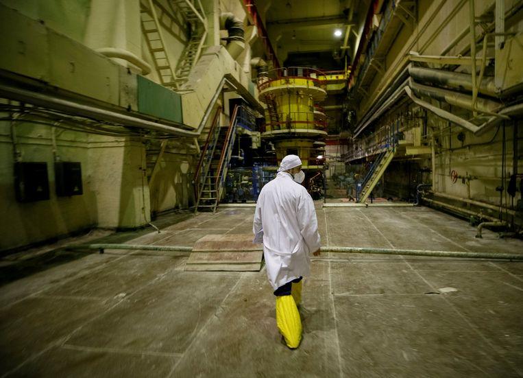 Een werknemer loopt door een pompkamer van de kerncentrale in Tsjernobyl. Beeld REUTERS