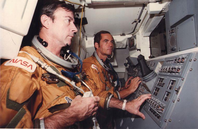 John Young (links) tijdens de voorbereiding van de shuttlelancering in 1980.