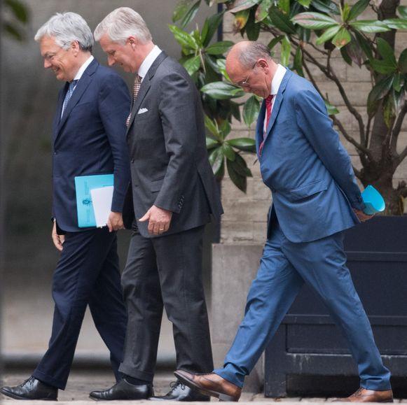 Federale informateurs Reynders (MR) en Vande Lanotte (sp.a) bij koning Filip. Of de twee verder geraken dan oppervlakkig masseerwerk, blijft minstens tot 29 juli een raadsel. Dan komt het duo met zijn preformatienota.