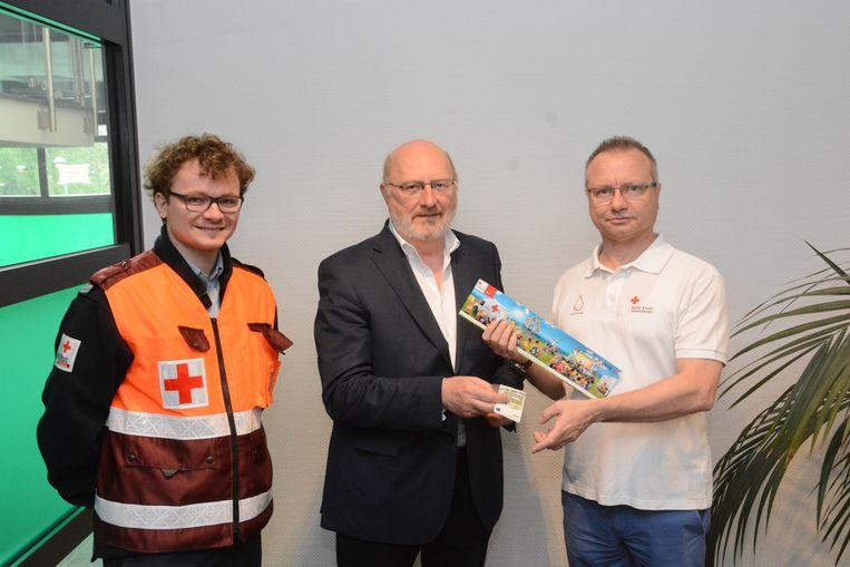 André Van de Vyver mocht donderdag de eerste sticker aankopen van de lokale afdeling van het Rode Kruis.