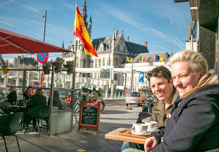 Mathias en Janis verwelkomen de eerste warme zonnestralen van 2019 met een grote glimlach op een terras op de Grote Markt.