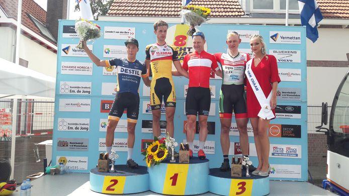 Het podium bij de elite/beloften in Chaam met van links naar rechts nummer twee Jordi van Loon, winnaar Jaap Kooijman, BN DeStem Wielerklassement-leider Hans Dekkers, nummer drie Nick van der Meer en rondemiss Lisse.