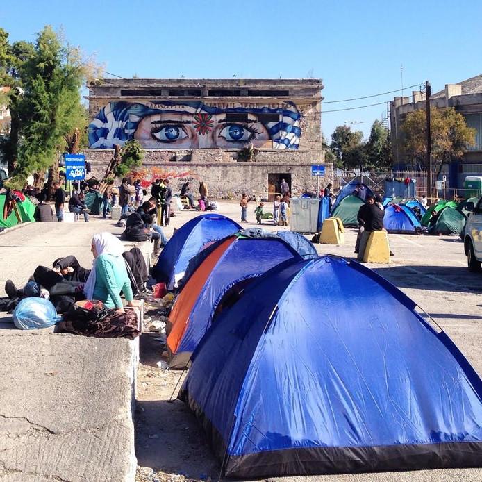De haven van Lesbos waar vluchtelingen buiten slapen.