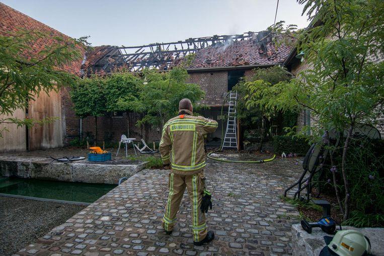 De brandweer kreeg de klus geklaard, maar het dak is zwaar vernield.
