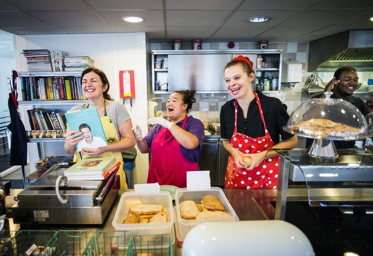 Van links af: keukenhoofd Sue Smith, Bianca, Masja Ottenheim en Michael in het bedrijfsrestaurant van Reclassering Nederland in Rotterdam. Beeld null