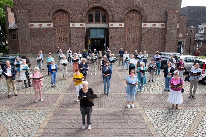 Breda - Koorleden van Cantabile Plus poseren op het Mgr. Nolensplein met vooraan Elly Rozinga.