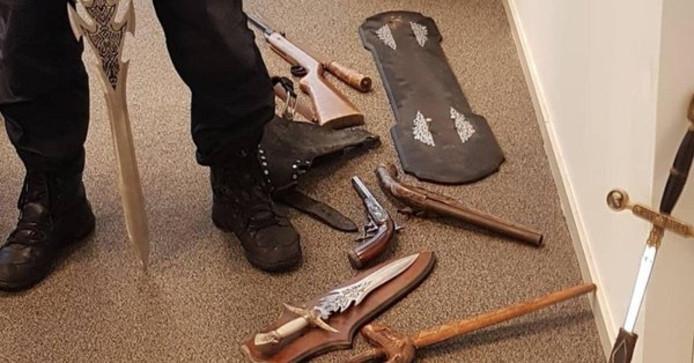 Een foto van de verzameling wapens die vanuit de kringloop in Tuk naar de politie in Steenwijk werden gebracht.