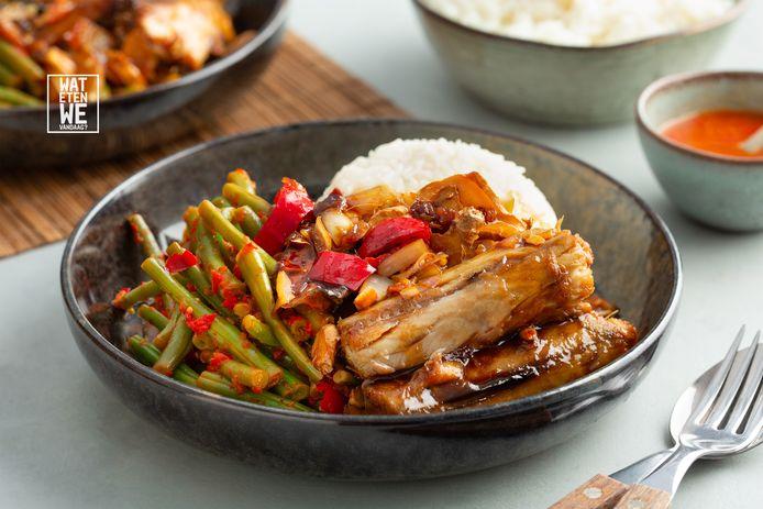Gestoomde makreel in ketjapsaus met sperziebonen en rijst