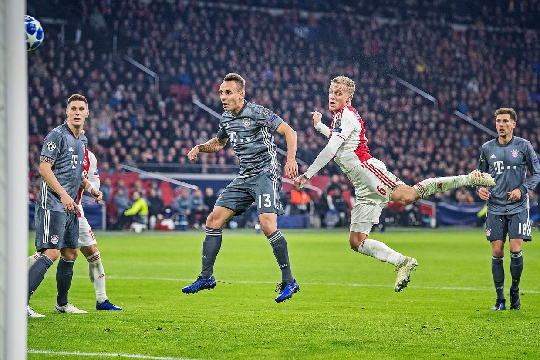Donny van de Beek kopt op het doel van Bayern München, december '18.  Beeld Guus Dubbelman / de Volkskrant