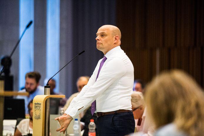 SP-leider Gerrie Elfrink, een straatvechter in het debat, en VVD-raadslid Bas van Es krijgen een gesprek met burgemeester Marcouch naar aanleiding van een uit de hand gelopen vergadering.