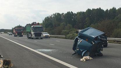 Gerestaureerde Vespacar uit 1966 smakt van aanhangwagen op snelweg