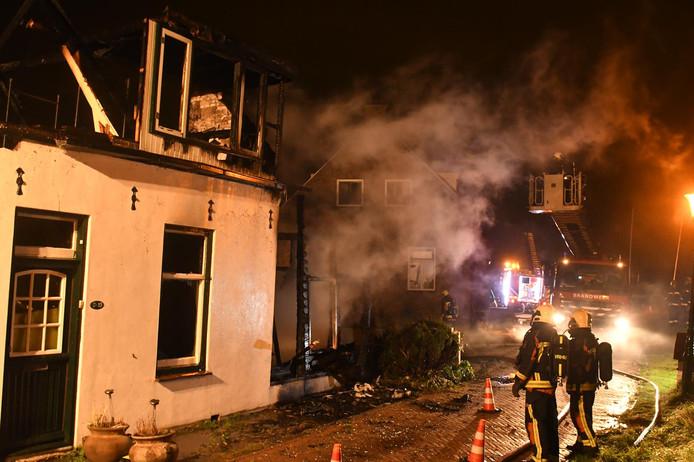 Er is brand uitgebroken in een leegstaande woning in Roelofarendsveen.