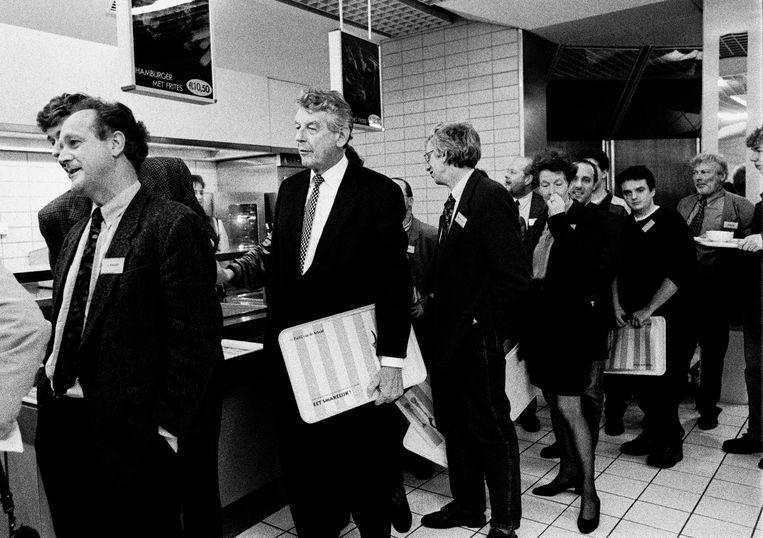 Premier Wim Kok in de etensrij met dienblad voor het diner. Beeld Hollandse Hoogte / Bert Verhoeff