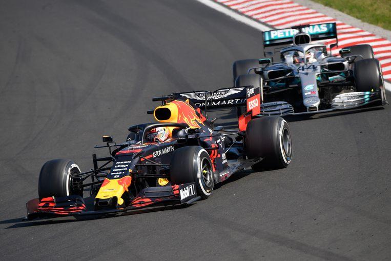 Max Verstappen hier nog voor Lewis Hamilton van Mercedes tijdens de Grand Prix van Hongarije. Beeld EPA