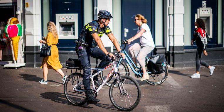 Extra politie op straat in het centrum van Den Haag tijdens de 112-storing. Beeld Freek van den Bergh