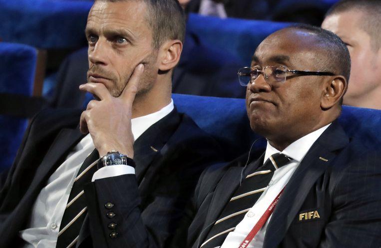 UEFA-voorzitter Aleksander Ceferin (links) tijdens de loting voor het WK.