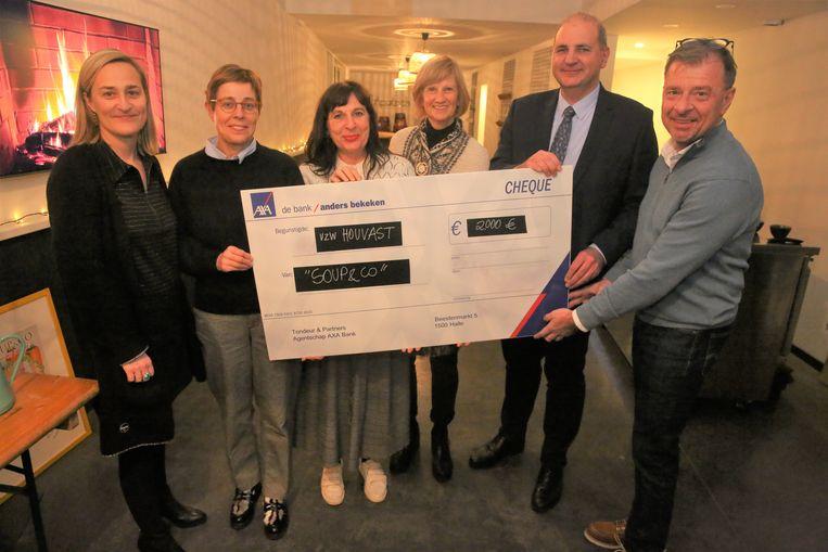 De vriendinnen van Soup & Co overhandigen een mooie cheque aan de mensen van het Algemeen Ziekenhuis Sint-Maria en de vzw Houvast.